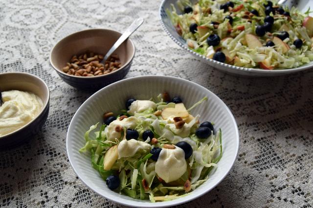 Spidskålsalat med æbler og mormordressing – Cathrine Brandt